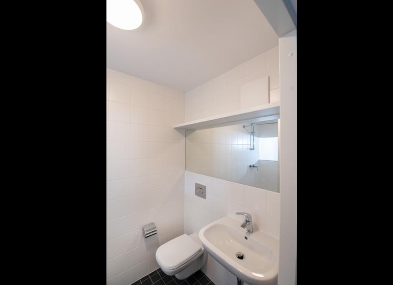 Das Badezimmer ist modern und hochwertig ausgestattet